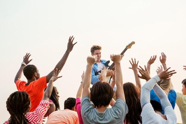 Concert gitaar blije gelukkig verzamelen groep concept