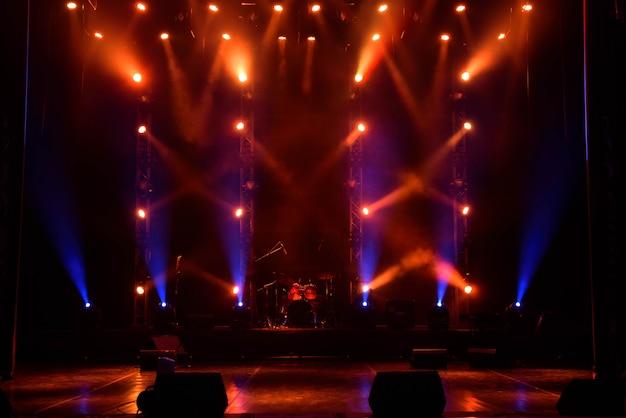 Concert lichtshow, kleurrijke podiumverlichting, lichtshow op het concert.