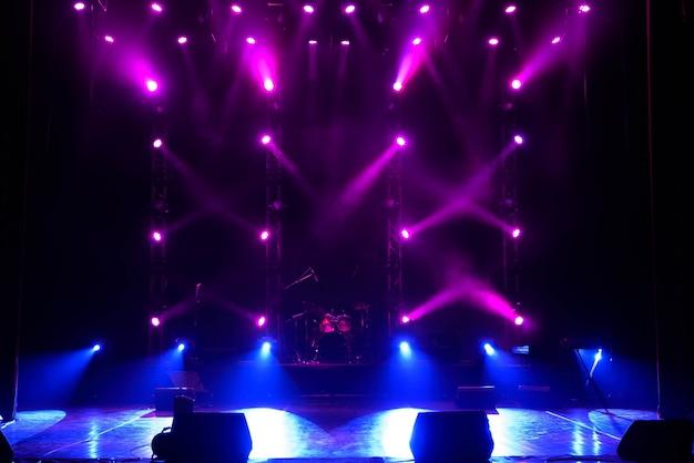 Concert lichtshow, kleurrijke podiumverlichting, lichtshow tijdens het concert.