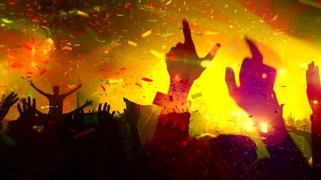 Concertmuziekfestival en celebration concert blurry nachtclub concertmuziekfestival op het podium