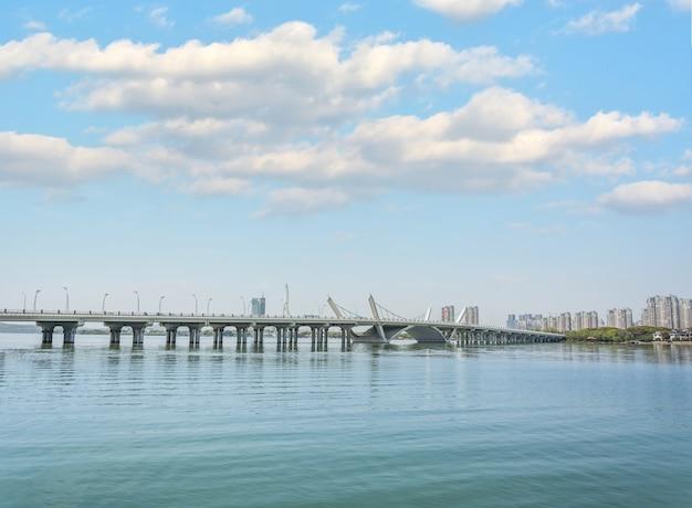 Concrete brug die de zee kruist
