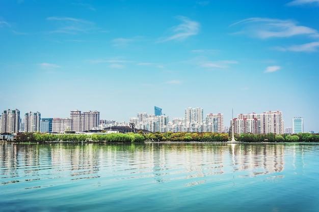 Concrete stad met hoge gebouwen