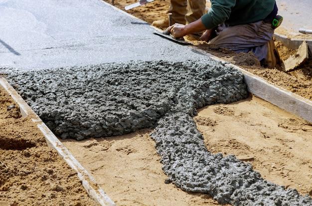 Concrete vrachtwagen met gietend cement tijdens aan woonstraat