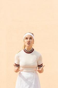 Concurrerende vrouw tennisspeler op veld