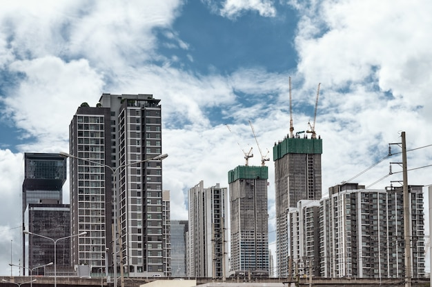 Condominium en bouwgebouw met blauwe lucht in het centrum