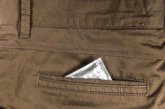 Condoom in achterzak van bruine broek