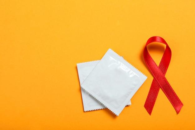 Condooms en rood lint symboliseren aids wereld aids dag