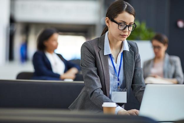 Conferentiedeelnemer die presentatie controleren op laptop