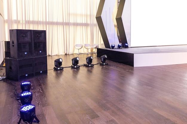 Conferentiezaal intelligente verlichting met led-uplichten