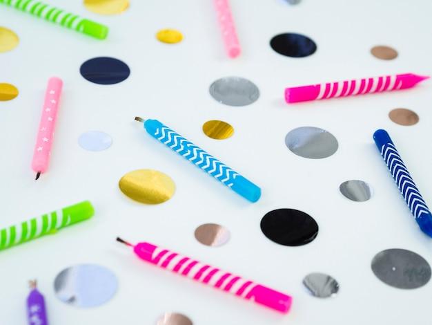 Confetti en kleurrijke verjaardagskaarsen