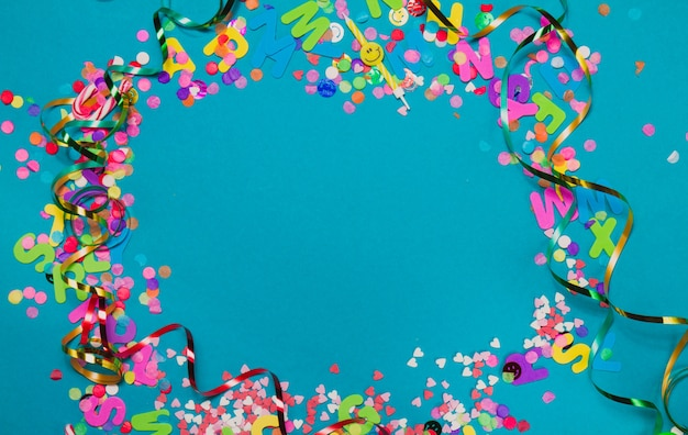 Confetti en serpentine maken van een cirkel