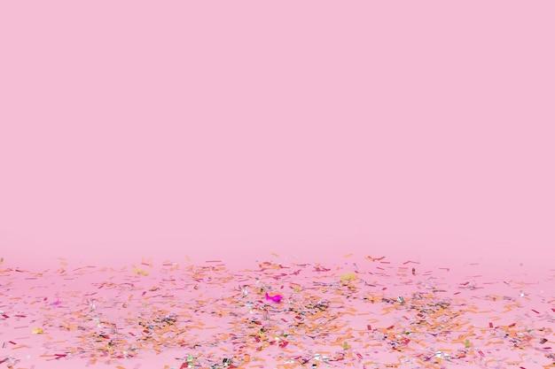 Confetti gevallen op roze achtergrond