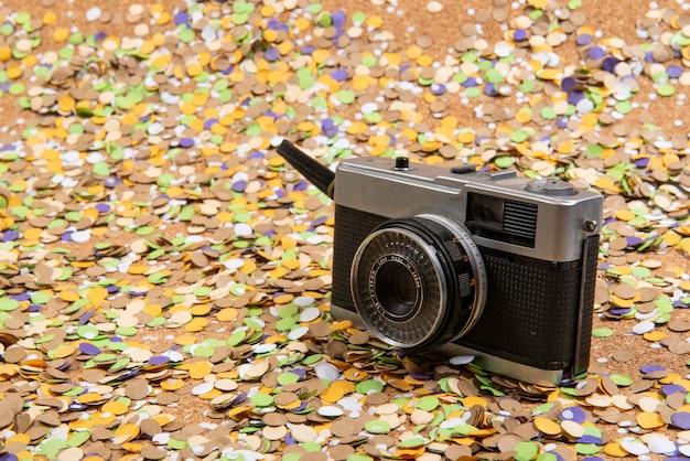 Confetti met elementen die verband houden met het carnaval en de zomer. oude fotograaf filmcamera