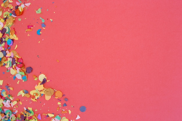 Confetti op roze achtergrond