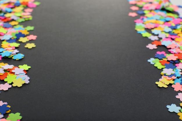Confetti op zwarte achtergrond
