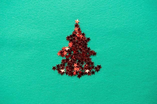 Confetti-sterren zijn gestapeld in de vorm van een kerstboom-kerstcompositie