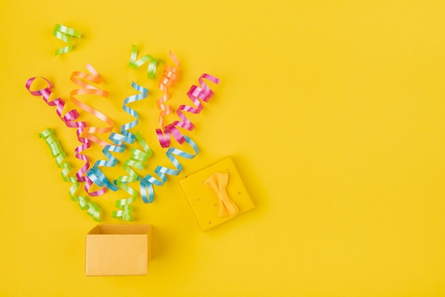 Confetti uit geschenkdoos met kopie-ruimte