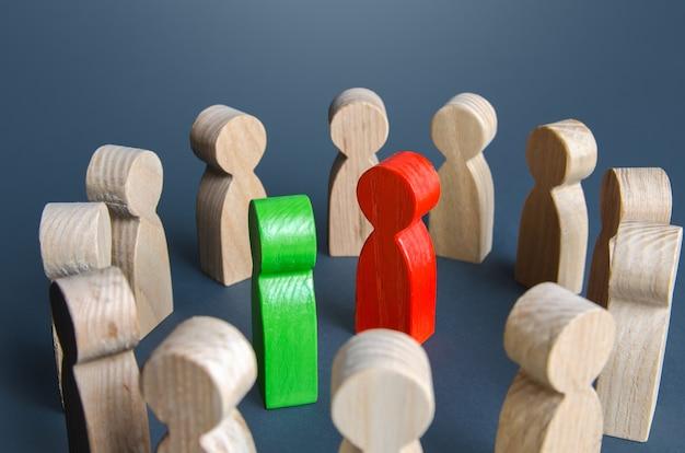 Conflicterende mensen omringd door toeschouwers rivaliteitsstrijd om leiderschap politiek debat