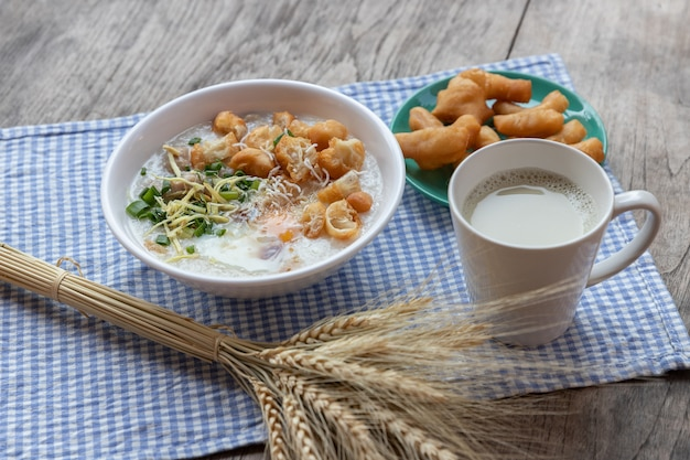 Congee gekookt ei met sojamelk en chinese gefrituurde dubbele deegstick