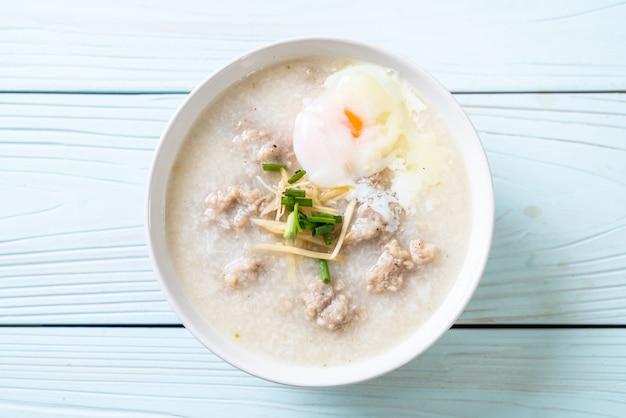 Congee met gehakt varkensvlees in kom