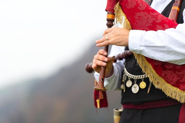Conramusa spelen in een open ruimte in de bergen