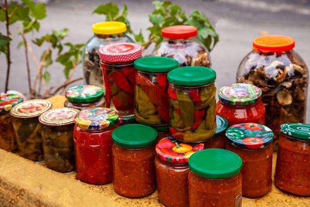 Conserveert groenten in glazen potten. ingeblikte groenten in glazen potten. voorbereidingen voor de winter.