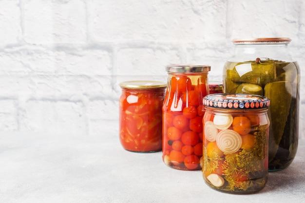 Conservering van groenten in banken gistingsproducten oogsten van komkommers en tomaten