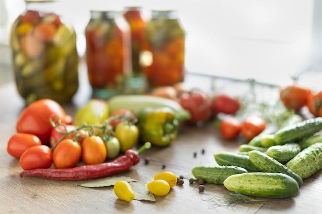 Conservering van tomaten en komkommers, de oogst wordt gezouten in potten