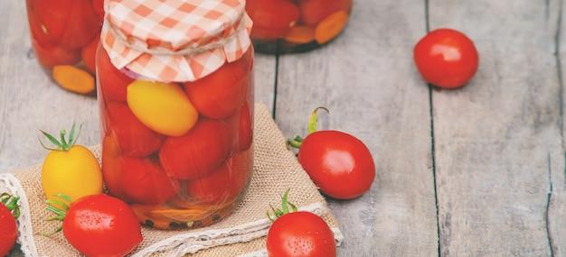 Conservering van zelfgemaakte tomaten. voedsel. selectieve aandacht.