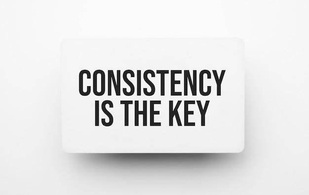 Consistentie is het belangrijkste teken op notitieblok op de witte achtergrondkleur