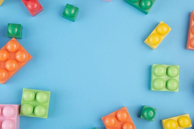 Constractieblokken en kubussen op blauw. ruimte voor tekst kopiëren. plat leggen.