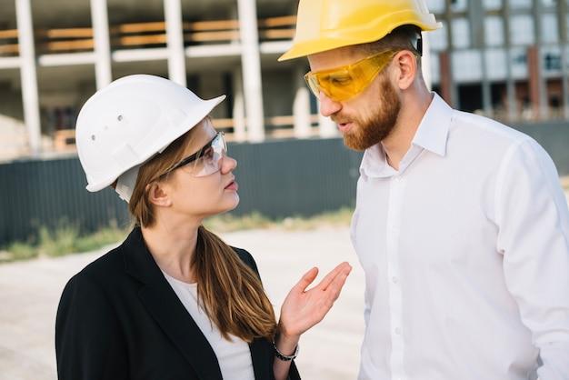 Constructeurs die op bouwwerf spreken