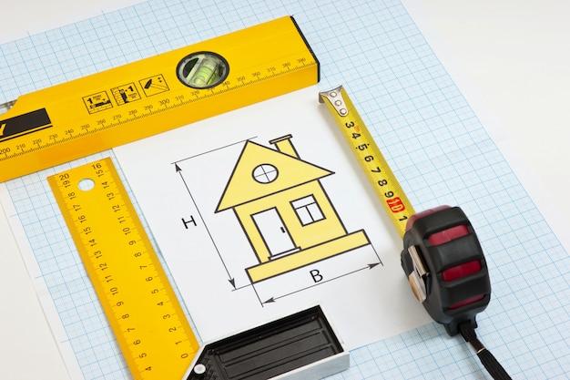 Constructietekeningen en gereedschappen op ruitjespapier