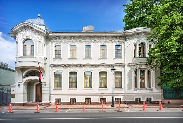 Consulaat van egypte op bolshaya nikitskaya street in moskou op een zonnige zomerdag