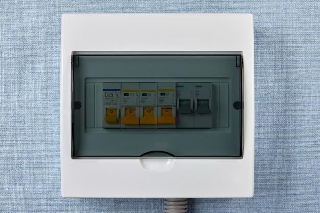 Consumenteneenheid met automatische zekeringen met stroomonderbrekers.