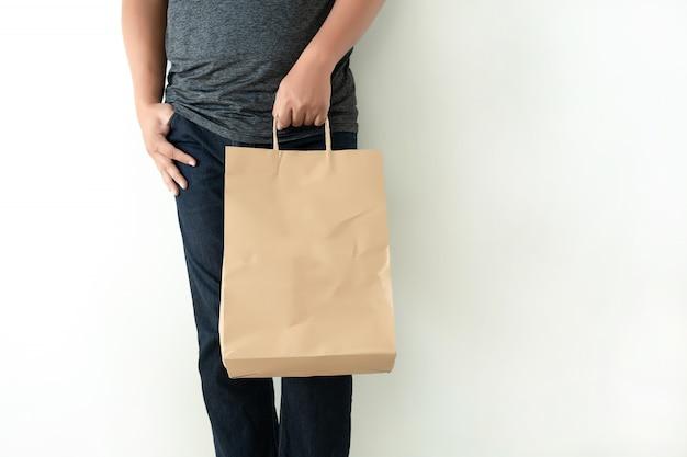 Consumentenpakketproduct man toont bag mock up-show