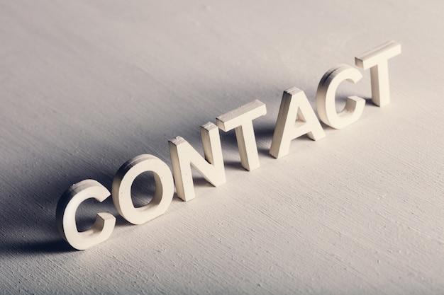 Contact schrijven gemaakt van lichte letters