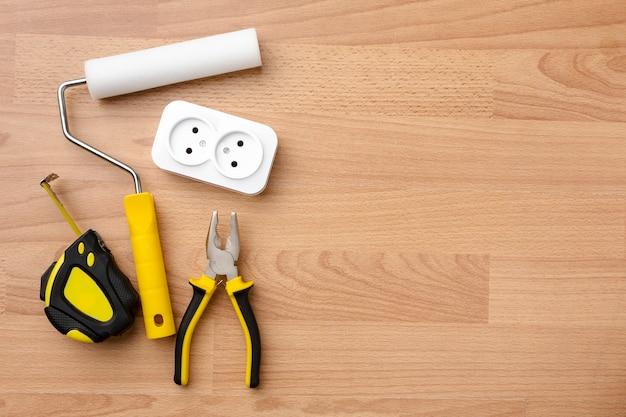 Contactdoos en hulpmiddelen op houten achtergrond