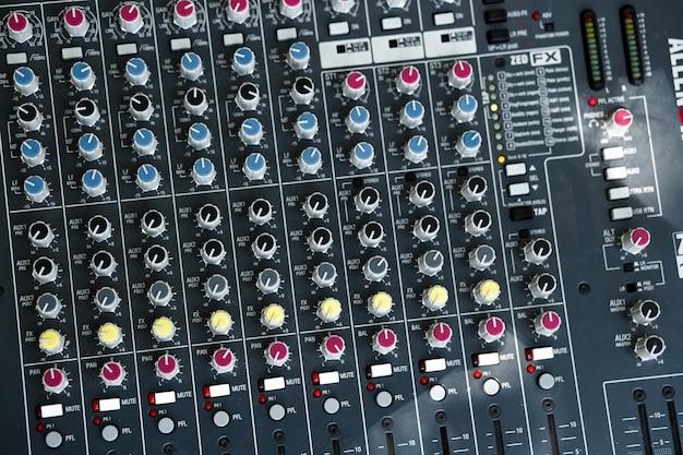 Contactdozen en stekkers van muziekapparatuur.