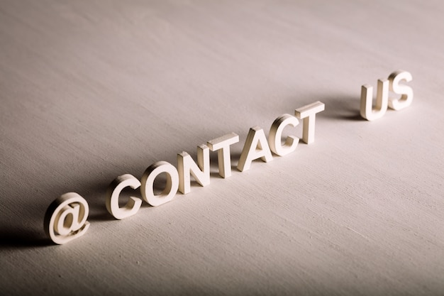 Contacteer ons tekst gemaakt van witte letters