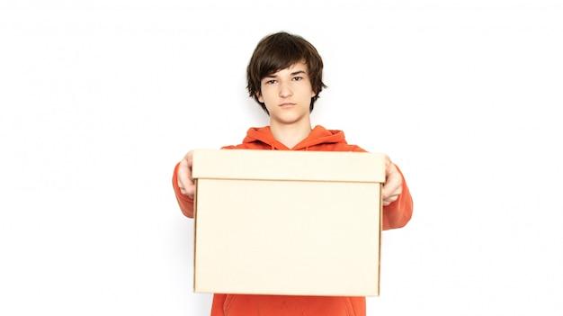 Contactloze levering. man in een medisch masker en handschoenen heeft een doos.