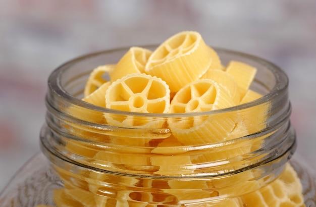 Container gevuld met pasta