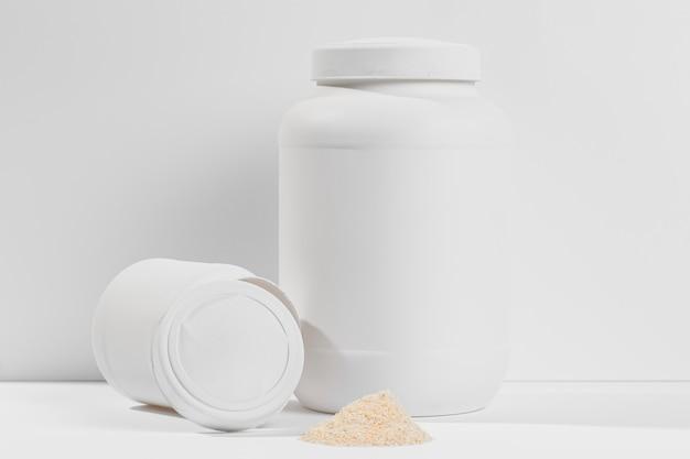 Container met gym supplementen op tafel