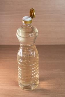 Container van azijn op de houten achtergrond