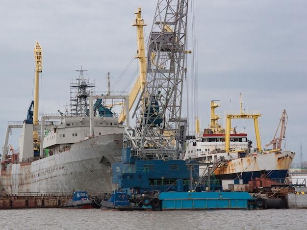 Container vrachtschepen in export- en importbedrijf en logistiek in de haven