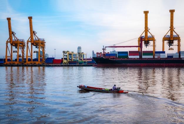 Container vrachtschip en vrachtvliegtuig met werkende kraanbrug in scheepswerf tijdens zonsopgang.