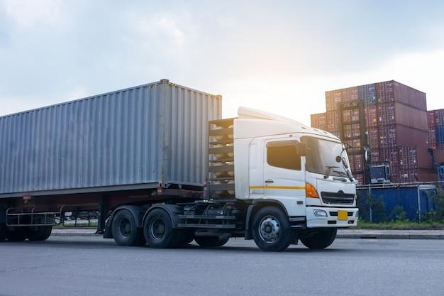 Container vrachtvrachtwagen in scheepshaven logistiek. transportindustrie in haven bedrijfsconcept.