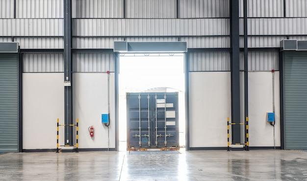 Containerdoos op vrachtwagen bij het verschepen van de ladingsdok de industriemagazijn