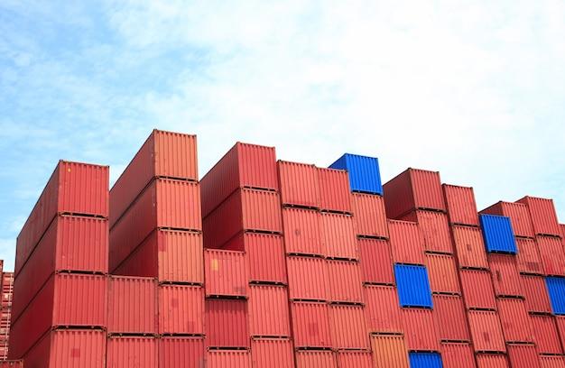 Containerdoosstapel bij werf.