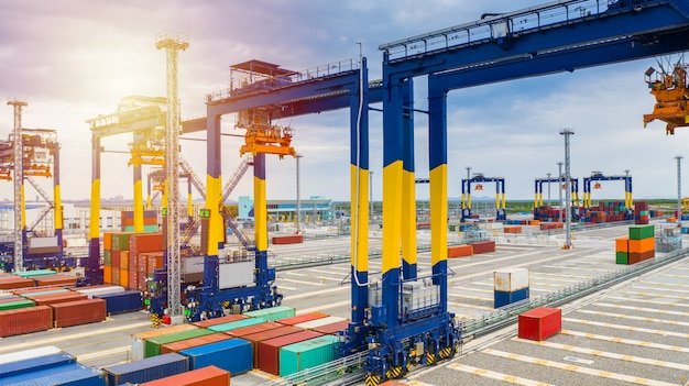 Containerkraan, havenvrachtkraan voor het verschepen van havenapparatuur voor containerdozen.